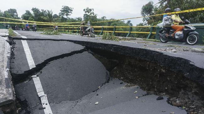 Ruas jalan yang menghubungkan Karangpucung-Majenang, Jawa Tengah ambles sedalam empat meter. Petugas PUPR masih memperbaiki sementara jalan ambles tersebut.
