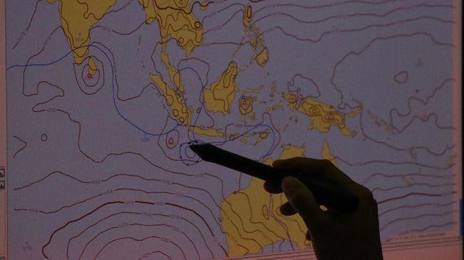 BMKG sebut Siklon Tropis Surigae melemah dan menjauhi Indonesia, tapi masih beri pengaruhi cuaca RI seperti hujan dan gelombang tinggi.