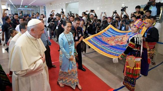 Pemimpin umat Katolik dunia, Paus Fransiskus berkunjung ke Myanmar, dan memimpin misa di Stadion Sepak Bola Kyite Ka San, Yangon.  (REUTERS/Max Rossi)