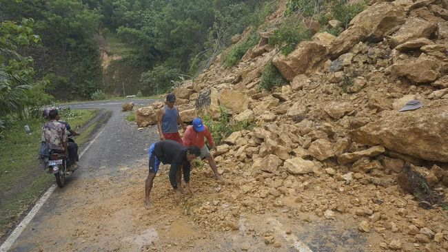 Jalur Ponorogo-Pacitan kembali terhambat setelah terjadi longsor susulan. Akses menuju Ponorogo sendiri adalah akses utama daerah menuju beberapa daerah.
