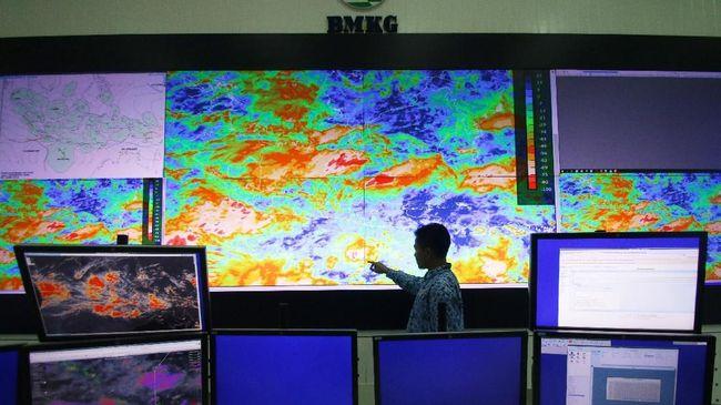 BMKG mempertingatkan keberadaan bibit siklon tropis 94W berpotensi menjadi siklon tropis yang memicu banjir dan longsor di setidaknya 30 provinsi.
