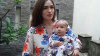 <p>Kompakan pakai baju kembaran, Sera dan Bunda Yasmin sama-sama cantik ya. (Foto: Instagram/yaswildblood)</p>