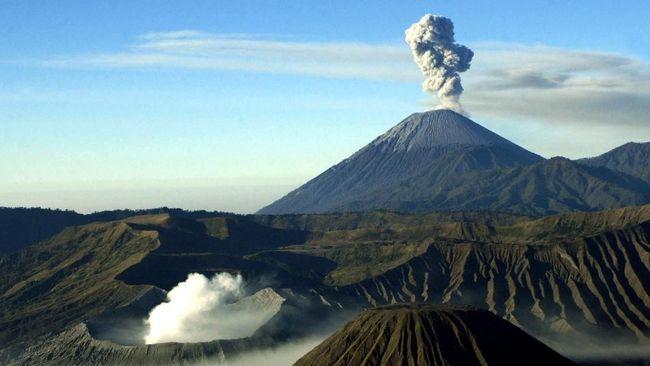Gunung tertinggi di Pulau Jawa, Gunung Semeru erupsi dengan tinggi kolom abu 400 meter dari puncak. Pendaki dan warga sekitar diimbau waspada guguran kubah lava