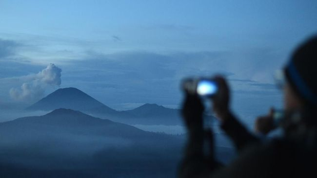 Gunung Semeru, yang kini berstatus waspada, meluncurkan awan panas 2 hingga 11 Km ke arah tenggara pada Selasa (1/12) dini hari.