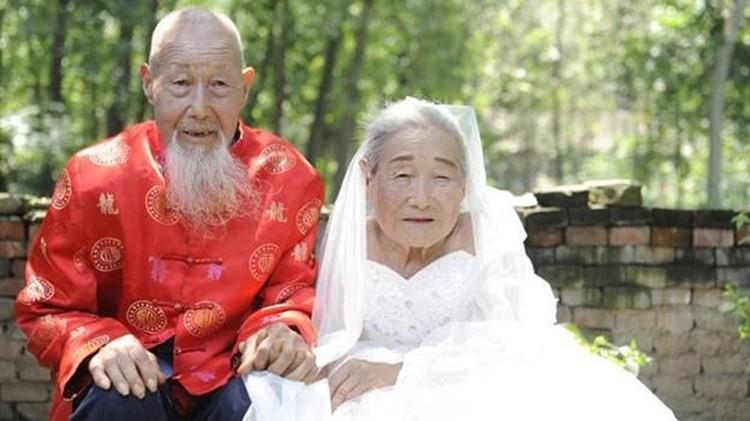 Patut ditiru, Bun, meski sudah lanjut usia, kakek dan nenek ini tetap mempertahankan keromantisan hubungan mereka.