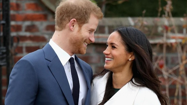 LONDON, ENGLAND - NOVEMBER 27:  Prince Harry and Meghan Markle during an official photocall to announce the engagement of Prince Harry and actress Meghan Markle at The Sunken Gardens at Kensington Palace on November 27, 2017 in London, England.  Prince Harry and Meghan Markle have been a couple officially since November 2016 and are due to marry in Spring 2018.  (Photo by Chris Jackson/Getty Images)
