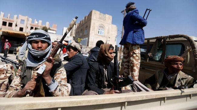 Koalisi Arab Saudi mengklaim petinggi sekaligus adik dari pemimpin pemberontak Houthi di Yaman tewas dalam pertikaian internal kelompok tersebut, Minggu (11/8).