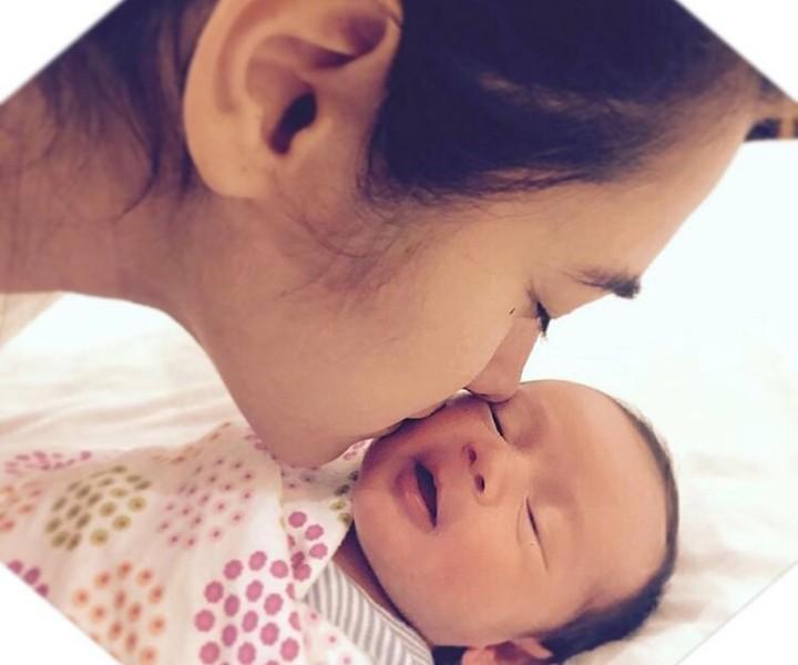 Alexandra Gottardo dan putrinya Carleteana Eleanore Waworuntu sama-sama cute dan cantik. Yuk intip potret mereka berdua.