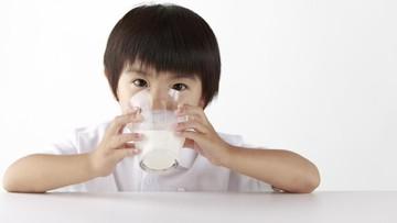 Alasan Susu Baiknya Tak Diberi Dekat-dekat Jam Makan Anak