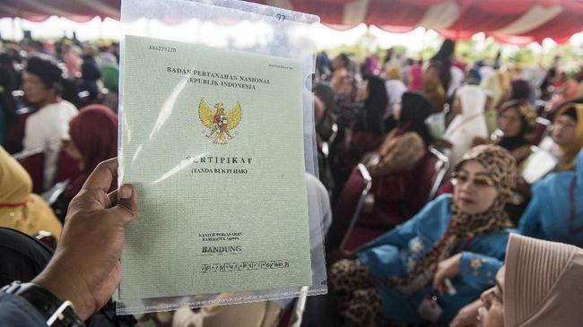 Sejumlah warga mengaku mendukung kebijakan pemerintah mengubah sertifikat tanah kertas menjadi elektronik karena alasan lebih simpel dan aman.