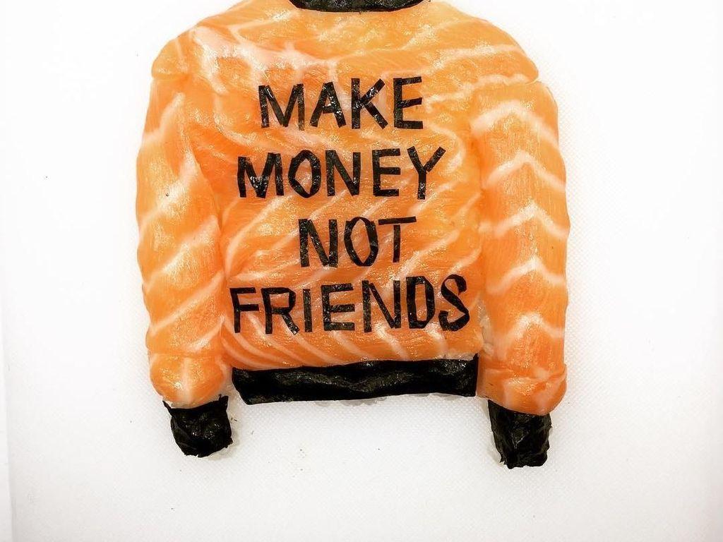 Jaket ini dibuat dengan nasi, lapisan tipis salmon dan nori. Bertuliskan Make money not friends sushi ini tampil unik dan fashionable. Foto: Yujia Hu
