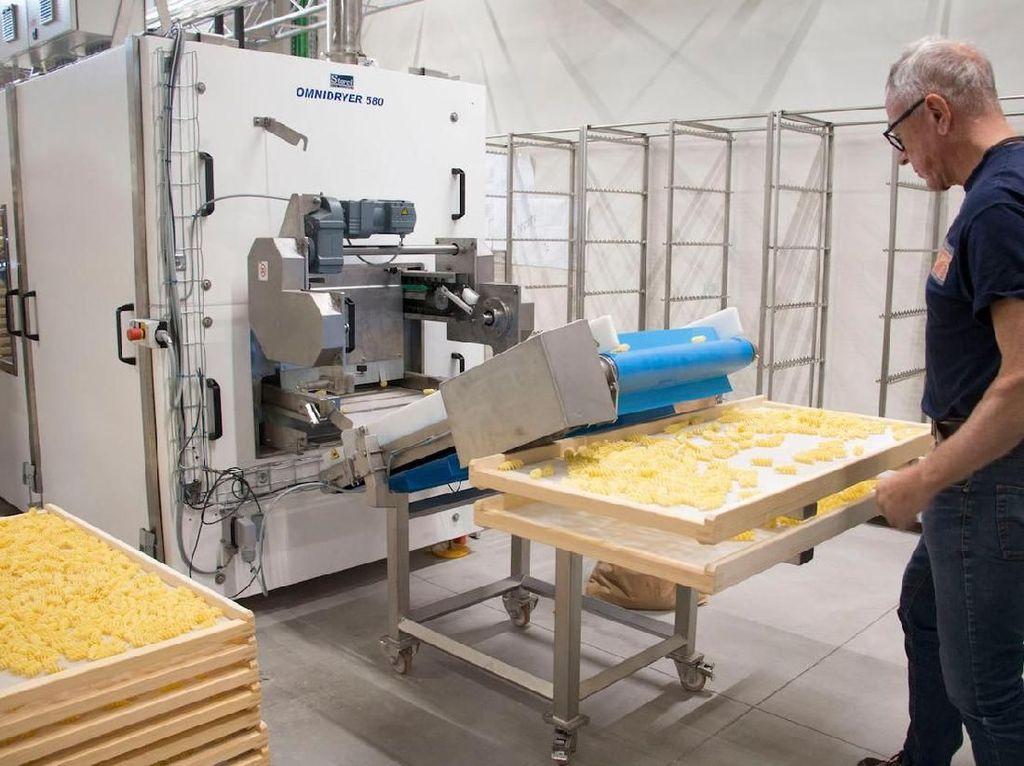 Yang juga bisa dilakukan di sini adalah melihat pembuatan pasta artisan. Lebih dari 40 pabrik memang menjadi daya tarik di Eataly World. Foto: Istimewa