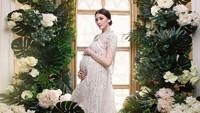 <p>Di kehamilan keduanya yang semakin besar, Donita tampak semakin cantik. Hmm, seperti bidadari ya.