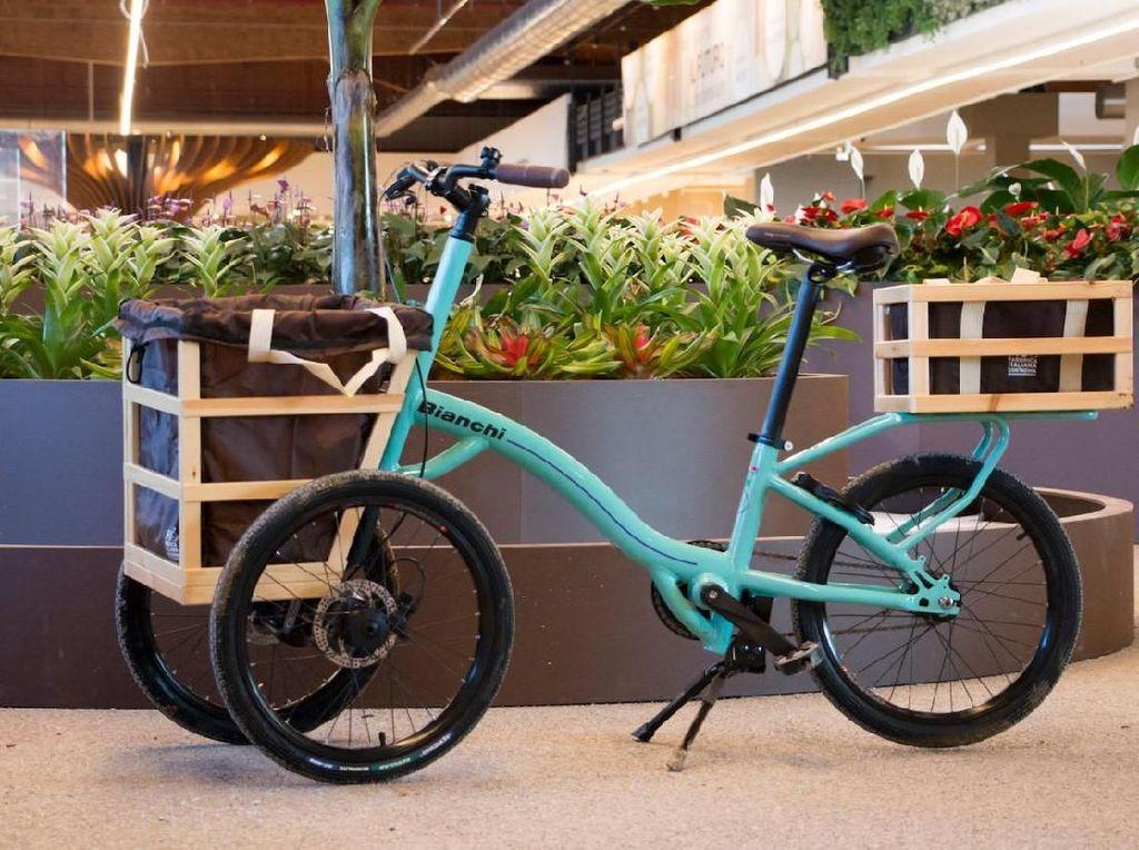 Uniknya tiap sepeda dilengkapi keranjang dan kulkas sehingga kalau pengunjung belanja bahan makanan segar, kualitasnya bisa terjaga. Foto: Istimewa