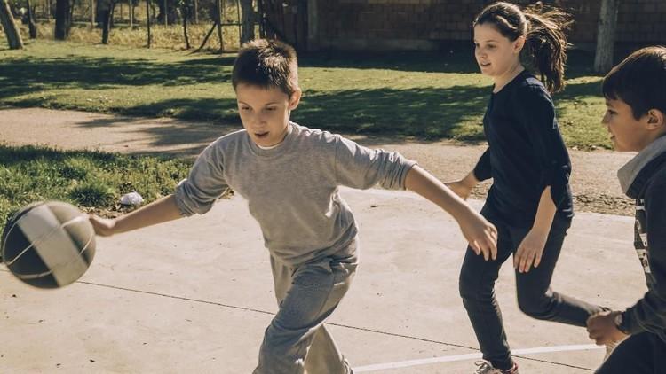 Bunda, ini lima manfaat yang bisa didapat anak saat mereka main basket. Yuk simak bersama.
