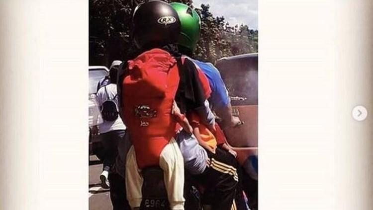 Saat membonceng sepeda motor, agar nggak kesempitan, anak pun digendong di belakang. Hmm, gimana menurut Bunda?
