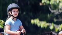 <p>Di umur 6 tahun, Harper udah cukup mahir berkuda, lho. (Foto: Instagram @harper_seven_beckham_)</p>