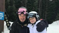 <p>Kali ini berpose dengan ayahnya saat main ski. Hmm, ayah dan anak sama-sama cute. (Foto: Instagram @harper_beckham)</p>