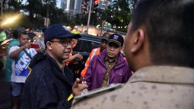 Camat Pasar Minggu Agus Irwanto mengatakan, pemerintah melalui tim gabungan sudah berupaya menanggulangi banjir di Kampung Air sejak Senin malam.