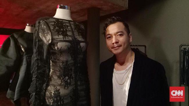 Desainer busana Harry Halim lama berkiprah di Paris. Kali ini, ia mengusung koleksinya yang identik dengan 'sisi gelap' dan dominasi hitam ke Jakarta.