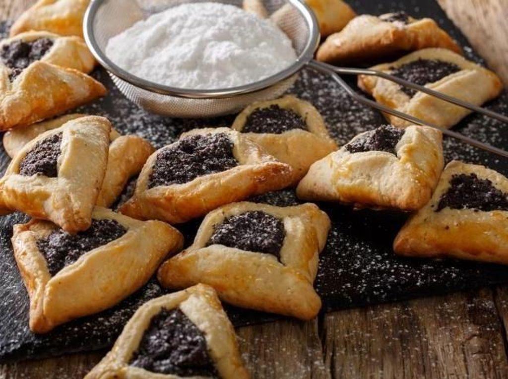 Melihat bentuk kue yang unik ini pasti akan tergoda. Ini adalah hamantaschen yang merupakan kue khas Israel. Bentuknya segitiga dengan isi poppy seed, kismis, selai buah ataupun karamel. Foto: Istimewa