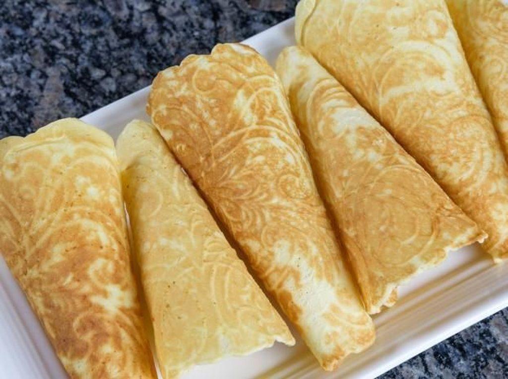 Terakhir ada krumkake, kue manis populer asal Skandinavia. Rasanya agak tawar jadi sering ditambahkan krim manis pada bagian tengahnya. Sekilas mirip kue semprong Indonesia.Foto: Istimewa