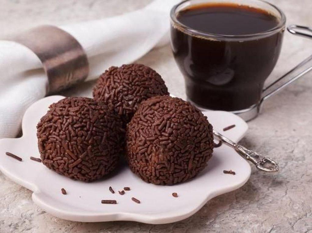 Selanjutnya ada kue mungil bernama brigadeiro cookies yang sangat populer di Brazil. Kue bentuk bola ini dipenuhi cokelat di seluruh permukaannya. Foto: Istimewa