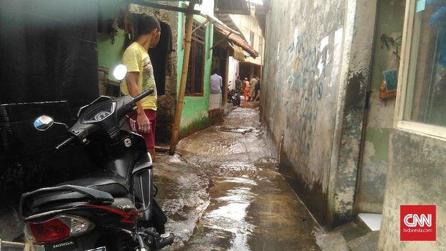 Banjir setinggi lebih dari 1 meter merendam RT 7 RW 10 dan RT 6 RW 2 Kelurahan Jatipadang, Pasar Minggu, Jakarta Selatan, Sabtu (20/2) dini hari.