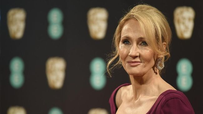 British author J. K. Rowling poses upon arrival at the BAFTA British Academy Film Awards at the Royal Albert Hall in London on February 12, 2017. / AFP PHOTO / Justin TALLIS