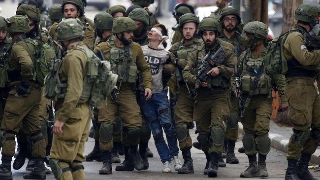 Netizen murka melihat foto Fawzi Al-Junaidi, 16 tahun, yang terikat tangan dan matanya, digelandang puluhan tentara Israel bersenjata lengkap.