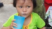 <p>Glek, glek! Anak ini menutup sesi makan siang dengan segelas susu. (Foto: Nurvita Indarini)</p>