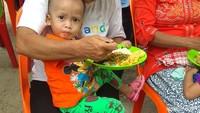 <p>Ini adalah kegiatan makan siang bersama anak-anak di Desa Siwalubanua, Kecamatan Somambawa, Nias Selatan. Kegiatan ini merupakan bagian dari program Tango Peduli Gizi Anak Indonesia. (Foto: Nurvita Indarini)</p>