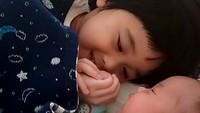<p>Sehat-sehat terus ya Kakak Kirana dan Adik Rumaysaa yang sama-sama nggemesin. He-he-he. (Foto: Instagram/ @retnohening) </p>
