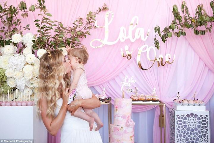 Begini suasana pesta ulang tahun pertama bocah bernama Lola dengan biaya Rp 250 juta.