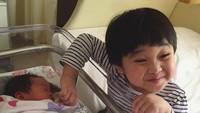 <p>Kakak Kirana sayang banget nih sama adiknya, Rumaysaa Hafsah Mahira yang lahir tangga; 10 Oktober lalu. (Foto: Instagram/ @retnohening) </p>