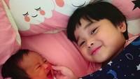<p>Adiknya nangis, eh kakaknya malah senyum. He-he-he. (Foto: Instagram/ @retnohening) </p>