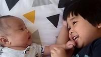 <p>Happy banget Kirana yang lagi main sama adiknya. (Foto: Instagram/ @retnohening) </p>