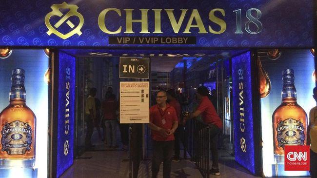 Berdasarkan pantauan CNNIndonesia.com, ada lima tempat yang menjual miras di acara musik tersebut. Sebelumnya ormas sempat menolak acara itu karena alasan itu.