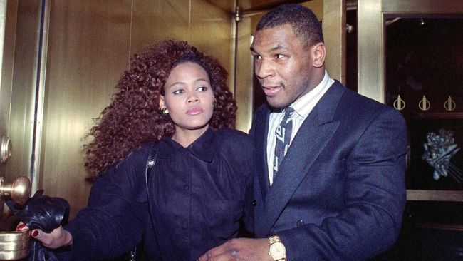 US heavyweight champion Mike Tyson exits the Nippon Television Network International studio in New York with his new bride actress Robin Givens, 09 February 1988. Tyson attended the live satellite press conference between New York and Japan from the studio to promote his, 21 March 1988, title bout with Tony Tubbs to be held in Japan's Tokyo Dome.   / AFP PHOTO / MARIA BASTONE