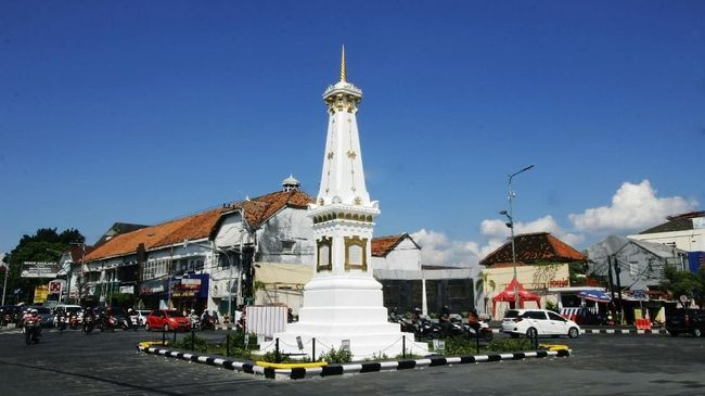 """Dalam """"blusukan dadakan"""" tersebut, Jokowi membeli enam tas jinjing berwarna merah dan jingga dari seorang ibu-ibu pedagang kaki lima."""