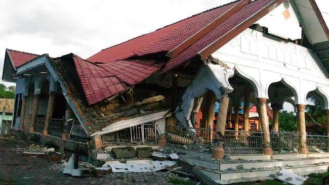 Gempa bumi yang terjadi Kamis pukul 02.44 WITA di wilayah Laut Bali membuat beberapa rumah warga Jembrana, candi, kantor Samsat Jembrana dan juga sekolah rusak.