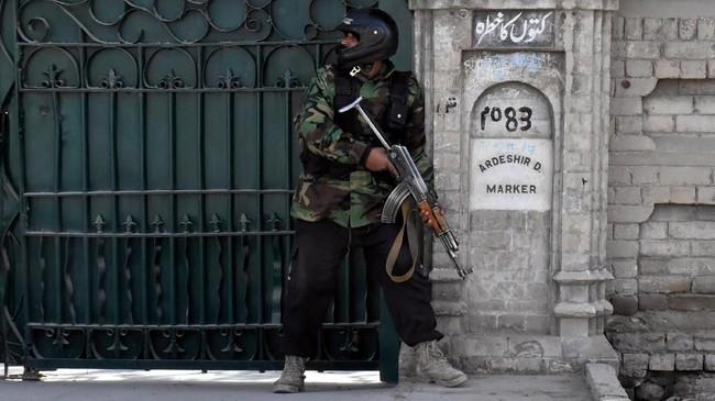 Setidaknya sembilan orang tewas dan 56 lainnya luka-luka ketika dua pelaku bom bunuh diri menyerang sebuah gereja di Pakistan.