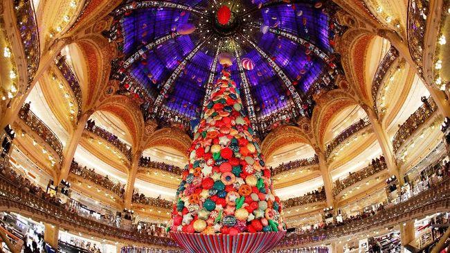 Natal identik dengan kegiatan mendekorasi pohon Natal. Tapi, di beberapa negara ada pohon Natal yang malah tak berbahan dasar pohon cemara.