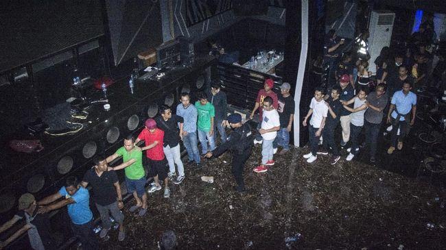 Sejumlah pengunjung diskotek yang terjaring saat penggrebekan oleh Badan Narkotika Nasional (BNN), berbaris di Diskotek MG, Jalan Tubagus Angke, Jakarta, Minggu (17/12). Dalam penggerebekan tempat diskotek yang didalamnya terdapat laboratorium pembuat narkoba itu petugas BNN mengamankan 120 orang pengunjung diskotek yang terindikasi positif menggunakan narkoba serta sejumlah barang bukti.  ANTARA FOTO/Aprillio Akbar/ama/17.