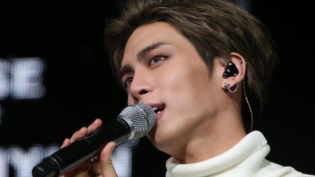 Karya terbaru dari mendiang vokalis SHINee, Jonghyun, akan dirilis sebulan setelah kematiannya. Album berjudul 'Poet Artist' itu diluncurkan pada 24 Januari.