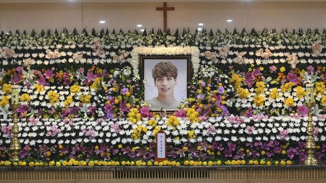 Keluarga mendiang personel SHINee Jonghyun menggelar upacara pemakaman dengan tradisi Korea. Tradisi yang cukup kompleks ini digelar tiga hingga tujuh hari.