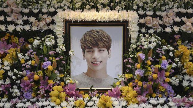 Penggemar mendedikasikan waktunya untuk membereskan memorial mendiang vokalis SHINee, Jonghyun yang ditempatkan di dalam SM Coex Atrium, Seoul, Korea Selatan.