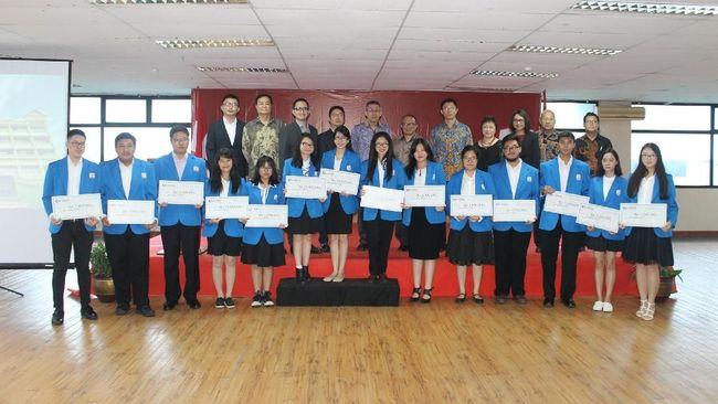 Lima belas mahasiswa President University dari berbagai jurusan mendapatkan beasiswa China Harbour Engineering Company (CHEC).