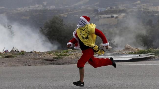 'Sinterklas' pun ikut memprotes keputusan Presiden AS Donald Trump yang mengakui Yerusalem sebagai Ibu Kota Israel.