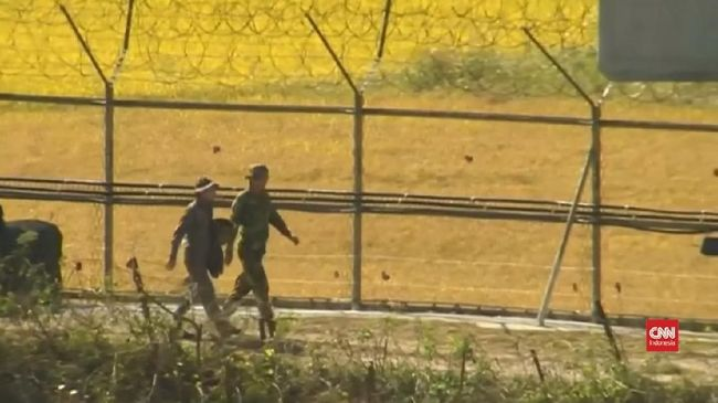Tentara Korea Utara dan Korea Selatan mulai membersihkan ranjau darat yang ditanam di sepanjang perbatasan mereka untuk mengurangi ketegangan kedua negara.